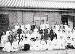 Professors and students at Kyung Sung Bible School (1912)